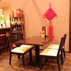 カウンター以外はすべてテーブル席となっております。テーブル席はロールカーテンで仕切り、半個室としてプライベート空間も保たれております。