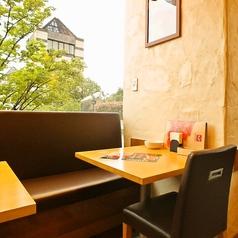 店内の角のお席です。みなとみらいの風景が見ることができて、夜景のイルミネーションや季節の彩りを感じられる席です