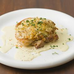 料理メニュー写真ハーブチキンとオニオンの香草パン粉チーズ焼き
