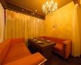 【ソファー席:10名様まで】個室ソファ席はシャンデリアが輝くラグジュアリーな空間★6名様席ソファと4名様用ソファをご用意しております。つなげて10名様の個室としてもご利用できます。女子会や合コンに最適な空間です!豪華な雰囲気漂うお席です。