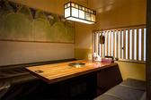 壁面に多く使われているセラミックアート土花(トファ)は、韓国の伝統的な焼き物、粉清沙器(プンチョンサギ)の技法を現代風にアレンジした焼き物です。黄土(ファント)の質感を出すために、釉薬はほとんど使わずに焼成しており、吸収性に優れて湿気やにおいを和らげてくれます。