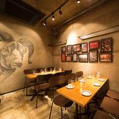 ウォールアートが目を引くオープンフロアのテーブル席★小規模な宴会や同僚とのカジュアルな一杯に。肩肘はらないボーダレスな空間です。