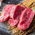 仕入したA5肉を冷凍せずお店でカットして提供しています。