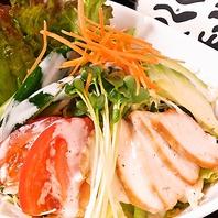 鳥羽身香草焼きとアボカドのサラダ810円(税込)