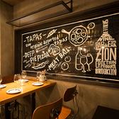 オープンキッチンの活気を見ながらお食事を愉しめるテーブル席★ライブ感さながらのハイチェアー席はまさに「海外のバル」