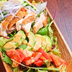 料理メニュー写真スパイシーチキンとアボカドのメキシカンこコブサラダ