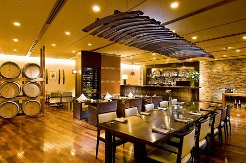 モダンな造りのワインバーが特色。新鮮食材を味わうオールディダイニングレストラン。