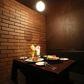 半個室席をご用意。デート等のカップル使いや記念日にピッタリなお席になります。地下1階、2~4名様の個室5部屋ご用意!