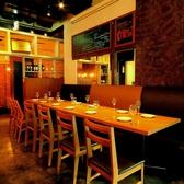 ワインを片手にゆっくり食事のできるテーブル席は、2名様~12名様まで着席可能。プロジェクターは貸切時にご利用頂けます♪