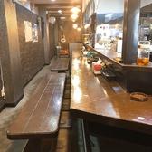 【カウンター席】当店の入り口入ってすぐのカウンター席は、会社の同僚やご友人と肩を並べてお料理・お酒を楽しんで頂けるお席になっております。最大14名様までのご着席が可能です!