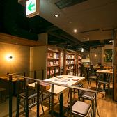 雑誌や本が並ぶブックシェルフが壁で仕切られたスタイリッシュな空間。通常は4~6名様のテーブル席ですが、大人数の際は個室としてご利用いただけます。14名様までご宴会OK!