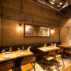 使い勝手抜群のソファーシート★むき出しの天井にローテーブル、広々とした空間は軽い一杯からカジュアルな宴会まで幅広く対応。