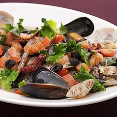 料理メニュー写真奥三河ルネッサンスドライトマトのエキスで作った丸ごと磯魚のアクアパッツァ