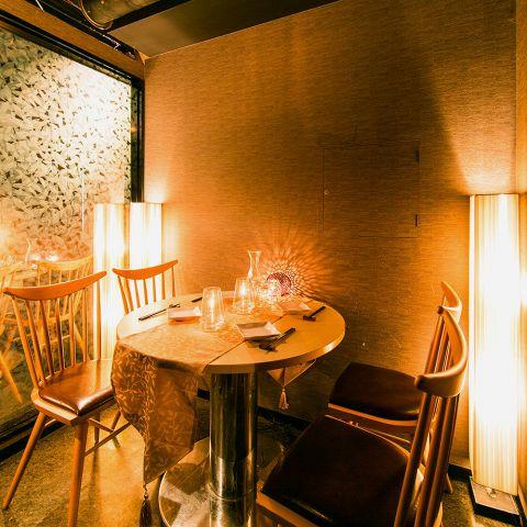 扉付きの完全個室で落ち着きを感じられる丸いテーブル席。30名様のフロア貸切も可能です。お得なご宴会特典も多数