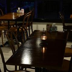 大きな大きな特注のテーブルは木のぬくもりとゆったり広々なスペースで、ワイワイとにぎやかなペーティーにぴったりのスペシャルな空間!コーナースペースになっているので、周囲の人目に気遣うこともなくお友達と特別な時間をお過ごしいただけます。物を拡げたいようなちょっとしたお教室や集まりにもおススメです♪
