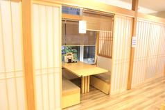 【テーブル半個室】広々テーブル席。すだれとふすまを用いて半個室風に。