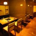 ロールカーテンで仕切れる個室風テーブル席は最大35名様迄収容可