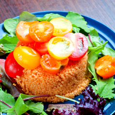 料理メニュー写真カラフルトマトとクスクスのサラダ