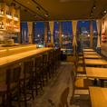 【カウンター・窓際テーブル席・テーブル席♪】デザイナーSHIMAMURA氏プロデュース、夜の雰囲気を最大限引き出すライトニングを施しております。