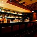 様々な種類のお酒を楽しめるカウンター。