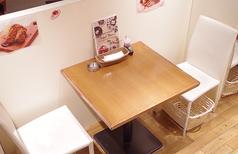 店内の中央辺りの2名様掛けのテーブル席。カップルやご夫婦でご来店された時にオススメのお席です。