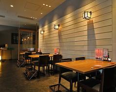 店内奥のテーブル席。ゆったりと落ち着いた雰囲気で、ジャズを聞きながら日本酒と御料理を楽しんで頂けます。同僚や友人とカジュアルな飲み会にも、ビジネスパートナーとの会食にも、人数に合わせて最適なレイアウトをご用意いたします。最大50名様までご利用可能。飲み会、打ち上げなどお任せください。