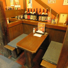 【テーブル:2名席(1卓)】お一人様・常連様・カップルにおススメのお席です。古民家風の壁と様々なポスターが昔ながらの懐かしいTHE居酒屋の雰囲気です。