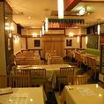 通常のテーブル席や、壁側がベンチソファータイプになっているお席もございます!