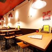 店内右側には4名様用のハイテーブルが並びます。仕事帰りや仲間との飲み会、デートなど様々なシーンにぜひ!魅力的なお料理とドリンクをご用意してお待ちしております。