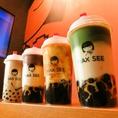 抹茶の緑、ミルクティーの白、黒糖の黒の3層になった見た目がオシャレでSNS映え◎京都宇治抹茶一番茶を使用し、その下にはオリジナル調整の北海道の牛乳。この組み合わせに黒糖タピオカが合わさって、タピオカミルクティー好きも唸らせる絶品ドリンクができあがりました♪
