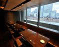 2名~28名【東京駅駅舎が眺める窓側席】.(貸切可能) ◆東京駅駅舎に面したステーションビューの窓側席です。 ◆2名様から最大28名様までご利用頂ける一段上がった特別スペース。 ◆デートにもぴったりのお席となっております。