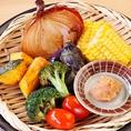 【厳選素材の産直野菜を使用】ジャガイモ、とうもろこし、茄子、グレープトマトなど全8種類の厳選野菜をご提供。素材ごとに調理工程を変え、素材本来の味を引き出しています。白味噌ベースの肉味噌でお召し上がり下さい!単品のほか、盛り合わせでも注文可能です!
