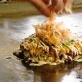 お好み焼きは、スタッフが焼いてくれる大阪式。一人でも気軽に立ち寄れるところが魅力。