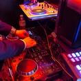 DJブースもあるこだわりの音響設備と大画面スクリーン&プロジェクター完備!こだわりの2次会演出もお任せ下さい。
