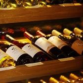 全て木でつくられた特注のワインセラー。セラーまでこだわりをもったオーナー自らワインも仕入れています。