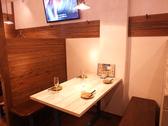 【4名様テーブル×2卓】白地の木の板を使用したテーブル席は4名様まで利用可能。