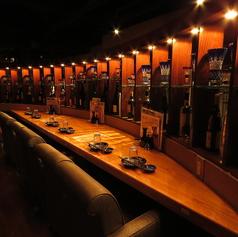 カップルにオススメのカウンター席はゆたりくつろげる2人掛けのソファー席です。目の前にある沢山お酒の並んだ迫力満点の棚もインスタ映え抜群です◎[新宿 新宿西口 新宿南口 居酒屋 個室 焼き鳥 肉 飲み放題 完全個室 日本酒]