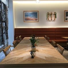 中央のテーブル席は大人数でのご利用にも、お1人様のご利用にぴったりのお席です