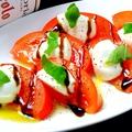 料理メニュー写真水牛モッツァレラとトマトのカプレーゼ