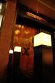 一見敷居が高そうに見える幻想的な欄干。中は意外とカジュアルな和風居酒屋です。