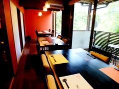 テーブル席は仕切りがあるので半個室としても利用できます。