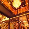シャンデリアが輝く店内。どこか不思議な空間、誰しも一度は聞いたことのある懐かしいメロディーが流れる海鮮居酒屋。