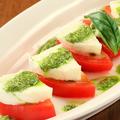 料理メニュー写真トマトとモッツァレラチーズのサラダ バジルドレッシング