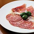 料理メニュー写真パルマ産生ハムとサラミの盛り合わせ