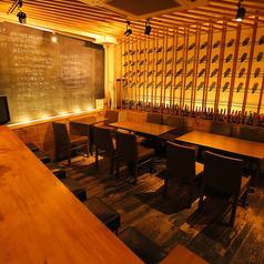 広々としたテーブル席。間接照明が◎