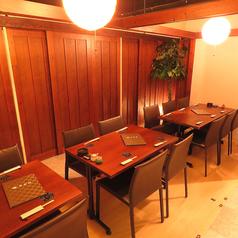 【テーブル席】木の温かみある店内は開放的で雰囲気抜群♪綺麗な落ち着いた空間で日々の疲れをリフレッシュしてみてはいかかですか?普段のお食事など普段使いにも◎人数に合わせてレイアウトも可能ですのでお気軽にお申し付けください。