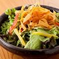 お通しはサラダで野菜から始まるお食事を♪