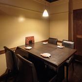こちらの個室は温かみのあるダウンライトが心地よく、落ち着いた雰囲気が自慢のテーブル席です。2名~4名様にピッタリの空間となっております。飲み会や宴会、少人数の接待などにもご利用いただけます!周囲に気兼ねなく、ごゆっくりお過ごしください。のんびりできるお席で絶品のお料理をご賞味くださいませ♪