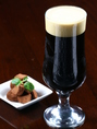 ●アフターダーク●スプリングバレーブルワリーが切り開く、これまでの黒ビールとは一線を画す異次元の濃色ビール。ロースト感や渋みを抑え、柔らかな甘味と上質な苦味を引き出すことで、味のふくよかさと飲みやすさを兼ね備えました。質の良い苦味と豊かな味わいが、食事の味をさらに引き立てます。