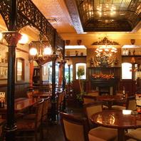他の居酒屋とは違った英国調の落ち着いた雰囲気な新宿店